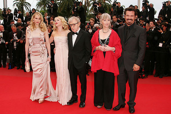De g. à d. : Lucy Punch, Naomi Watts, Woody Allen, Gemma Jones, Josh Brolin