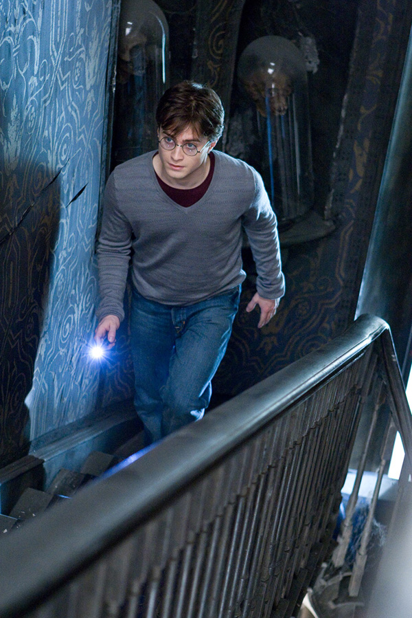 HP7-HarryStairs-600
